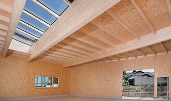 Steil und flach: EGGER OSB im Dach.