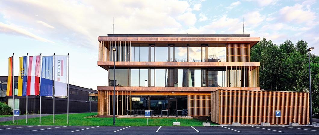 Riflajele din lemn creează o fațadă plină de viață.