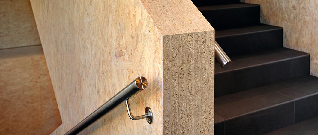 Plăcile OSB lipite formează vangurile cu portanță ridicată ale scării.