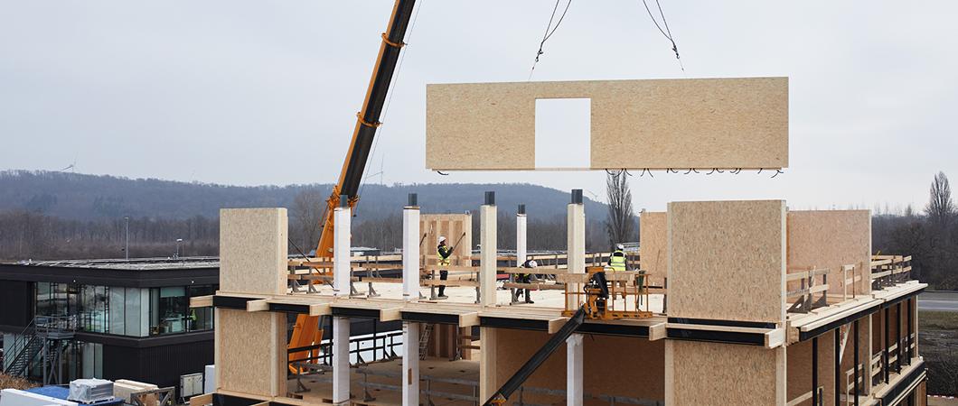 Clădirea, proiectată ca structură cu elemente modulare, este realizată după același principiu ca sediul central din St. Johann in Tirol.