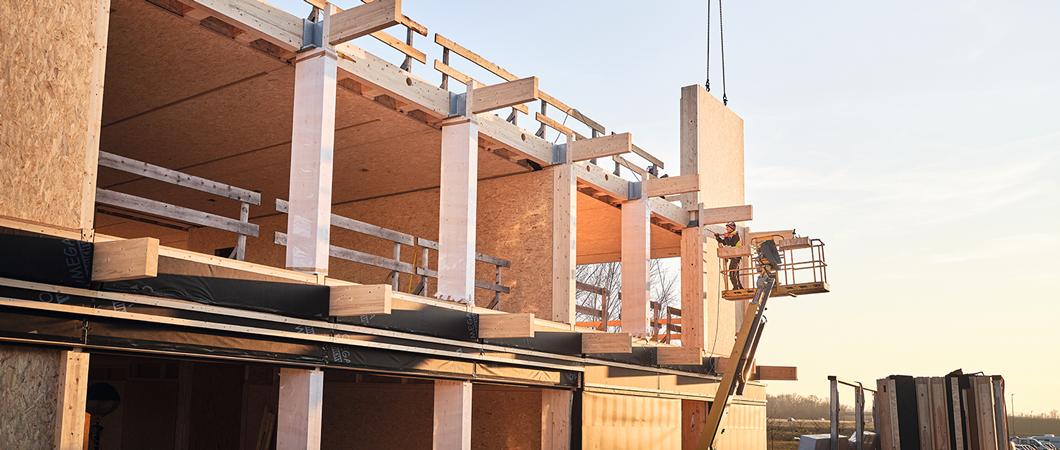 Arhitectul a creat cu mult talent aspectul vizual al unei construcții din lemn, prin utilizarea vizibilă a materialelor din lemn.