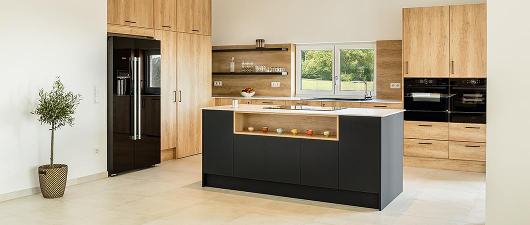 El color casi negro U599 PM Azul índico confiere a la cocina un carácter natural.