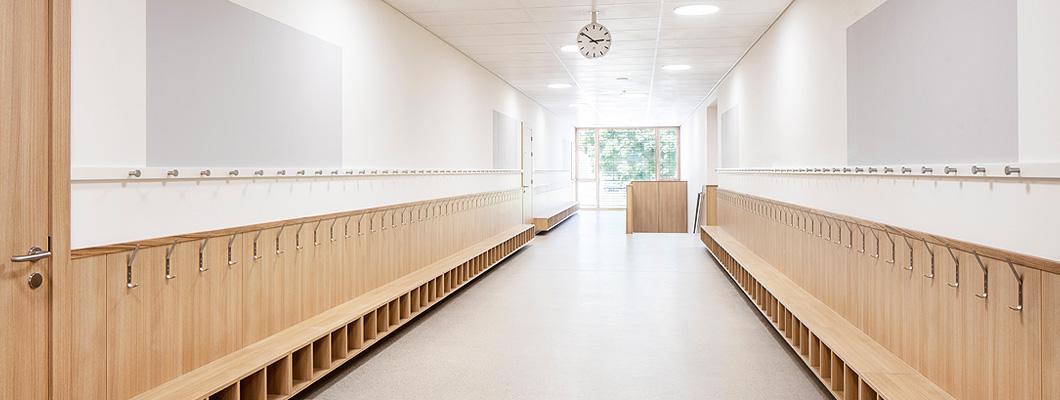 Eurodekor Flammex, Wandverkleidung und Garderobe einer Grundschule